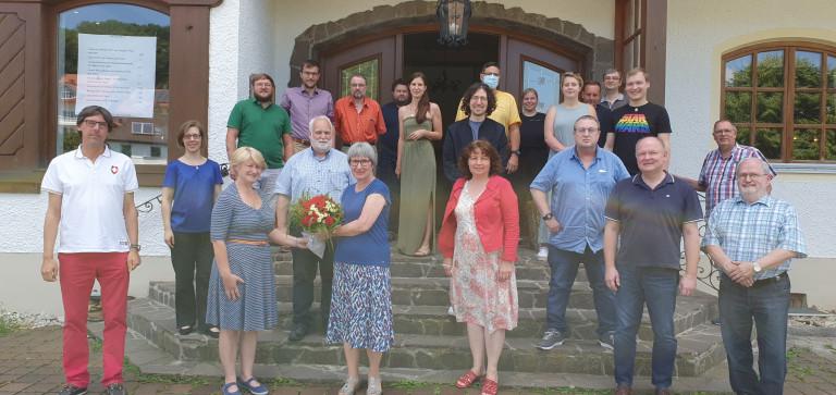 Christine Schrock mit Blumenstrauß umrahmt vom SPD-Bezirksvorstand Niederbayern